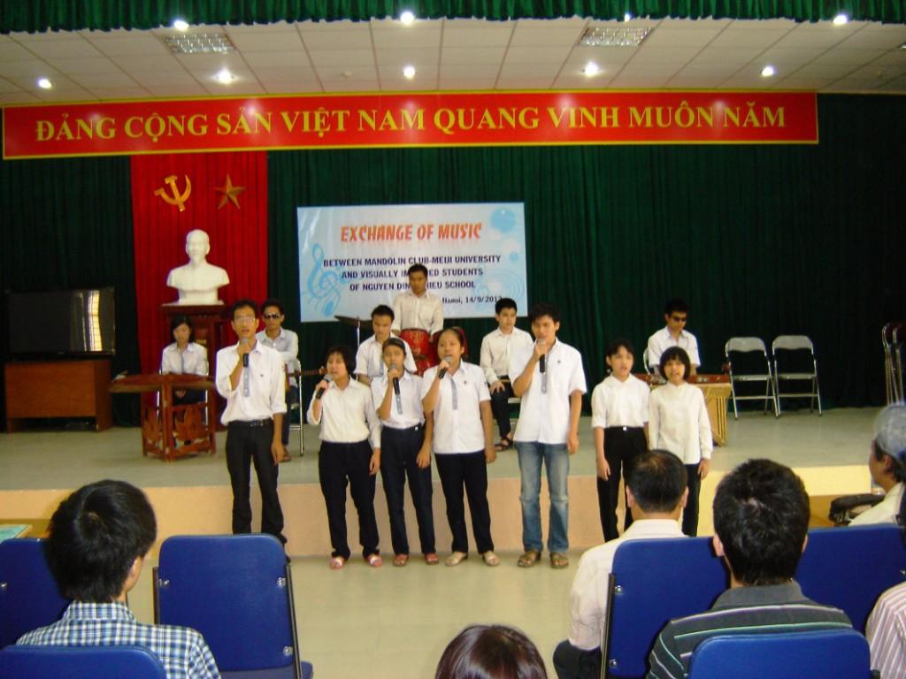2012年、ハノイ市で。 盲学校慰問公演